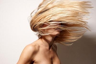 A legjobb házi praktikák a tündöklő hajért
