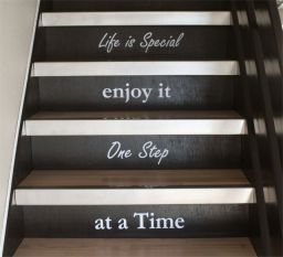falmatrica lépcsőn