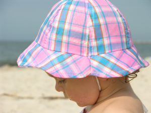 baba nyári sapkában