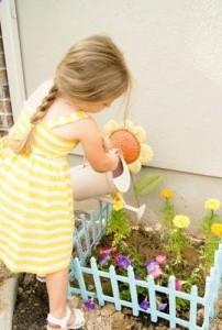 kislány kertészkedik