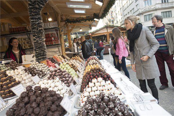 Megnyílt a karácsonyi vásár a Vörösmarty téren – rengeteg családi és gyerekprogrammal