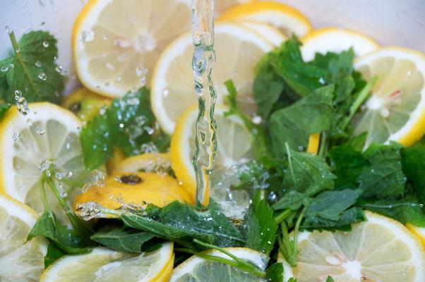 Így készíts egyszerűen üdítő citromfűszörpöt!