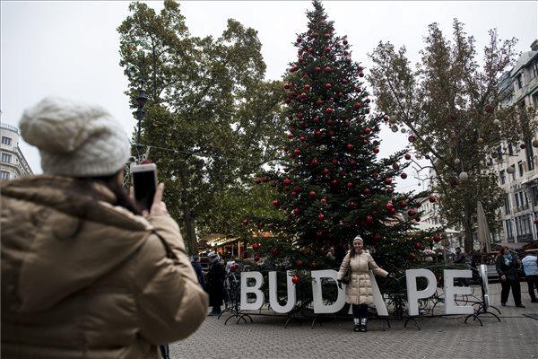 Zöld szemlélettel alakítják át a karácsonyi díszkivilágítást Budapesten
