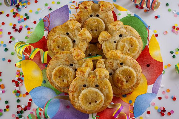 Szilveszteri szerencsemalacok puha krumplis pogácsából: kicsik és nagyok nagy kedvence