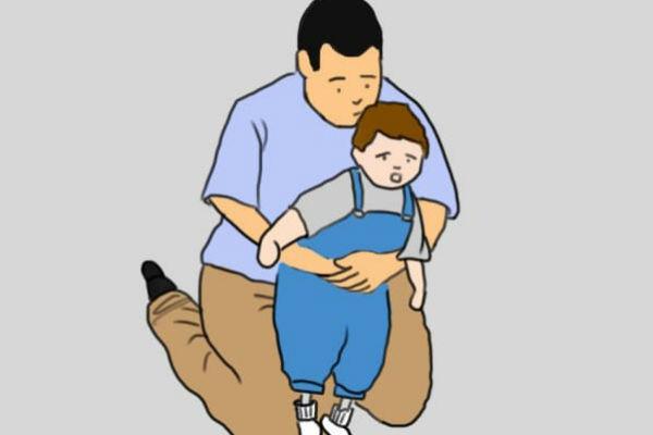 Így mentsd meg a fuldokló gyermeket a Heimlich-fogással!