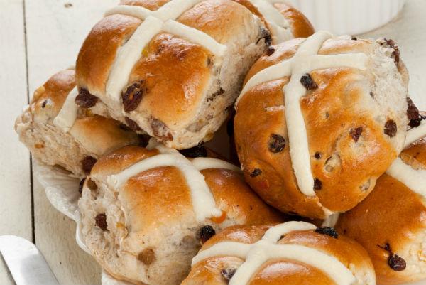 Így készül az angol húsvéti zsemle, a hot cross bun