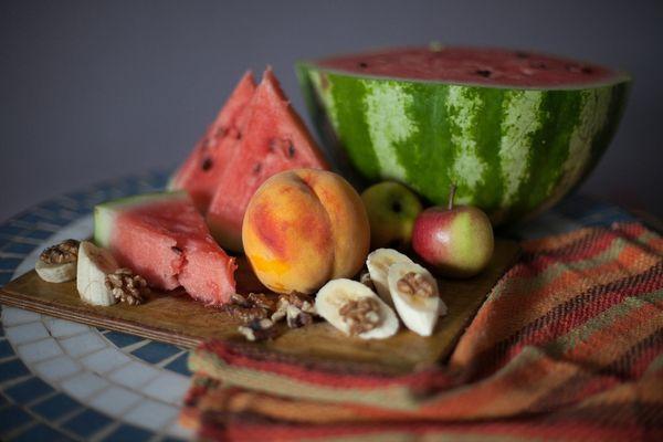 Frissítő desszert kánikulára: jégbe hűtött dinnye gyümölccsel töltve