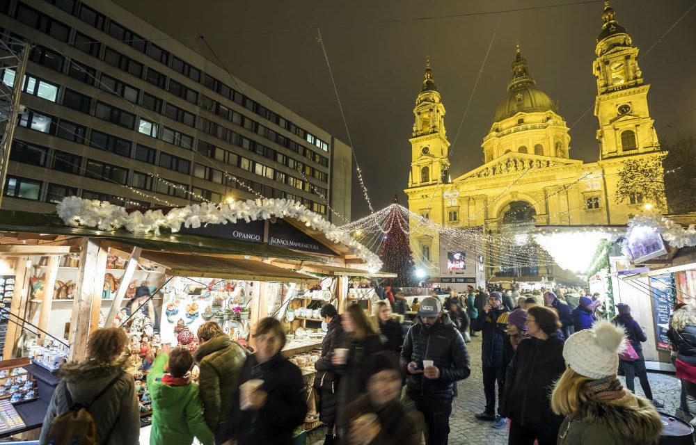 Megnyílt Európa egyik legszebb karácsonyi vására a Bazilikánál – ingyenes korcsolyapályával, fényfestéssel