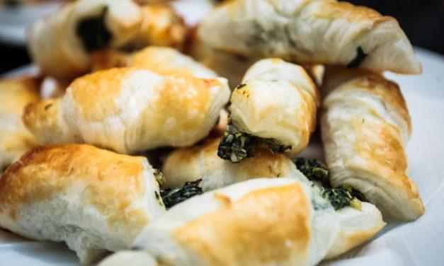 Spenótos-fetás kiflik leveles tésztából: ezzel is várhatod a locsolókat
