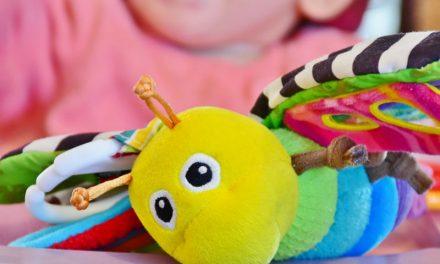 Mivel játszik egy 1 éves gyerek? – Így fejlesztheted gyermekedet!