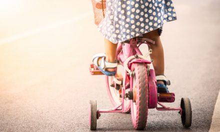 Mit tekerjen a gyerek a kétkerekű kerékpár előtt?