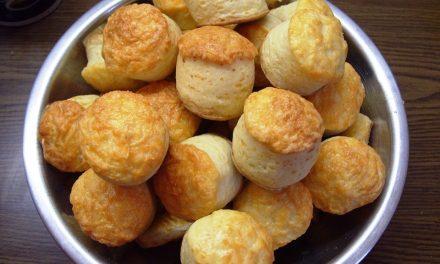 Villámgyors sajtos pogácsa kelesztés, dagasztás nélkül: a tészta könnyű, puha