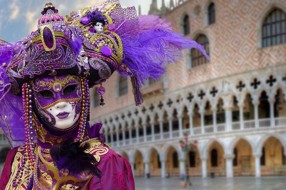 Álarcosok, jelmezesek búcsúztatják a telet: megkezdődött a karnevál Velencében!