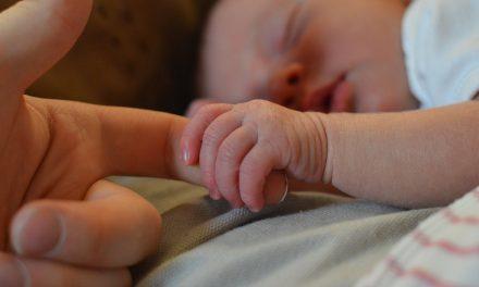 Újszülött a családban: mit vigyünk az első látogatásra?