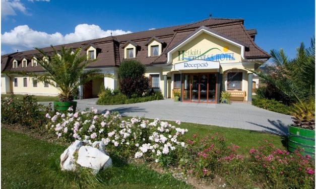 Nyárindító családi miniszabi lovaglással, fürdéssel: irány a Hétkúti Wellness Hotel!