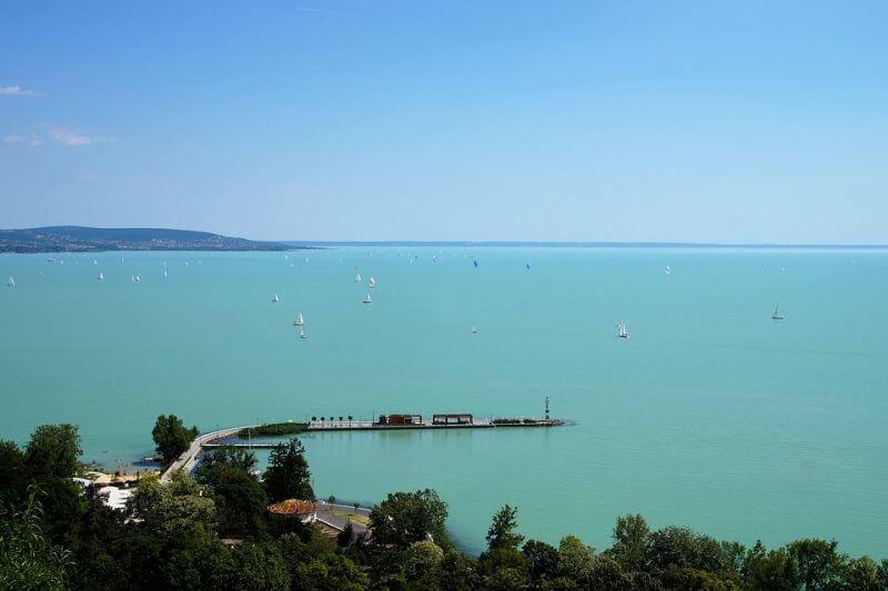 Ezek a legjobb strandok a Balatonon: 16fürdőhely kapott ötcsillagos kék hullám zászlót