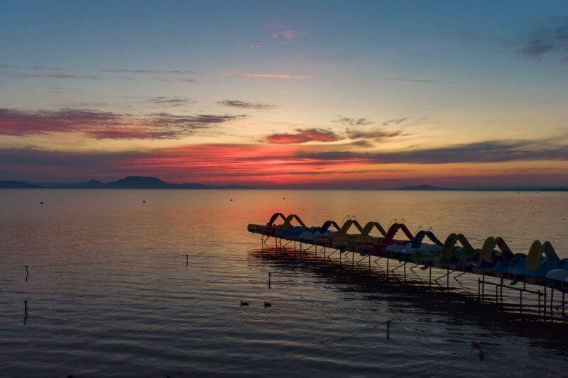 Meseszép napkeltekor a Balaton: fotók az ébredező magyar tengerről