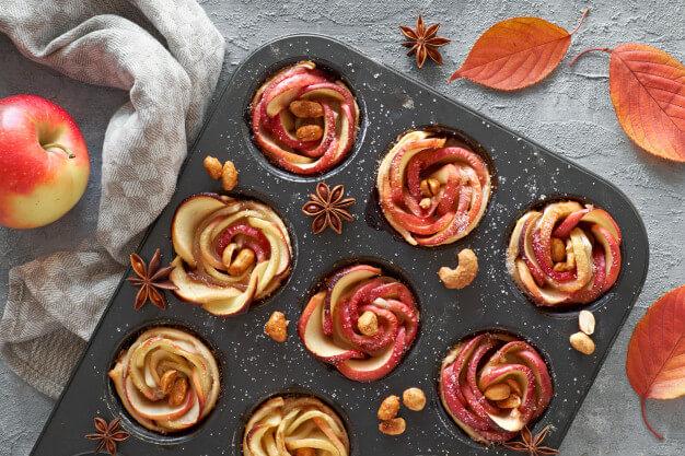 Bámulatos és finom almarózsák leveles tésztából: nem kell mesterszakácsnak lenned, hogy elkészítsd