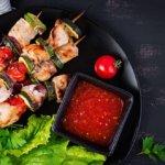 Zöldséges csirkenyárs grillen sütve: kerti partik kedvence