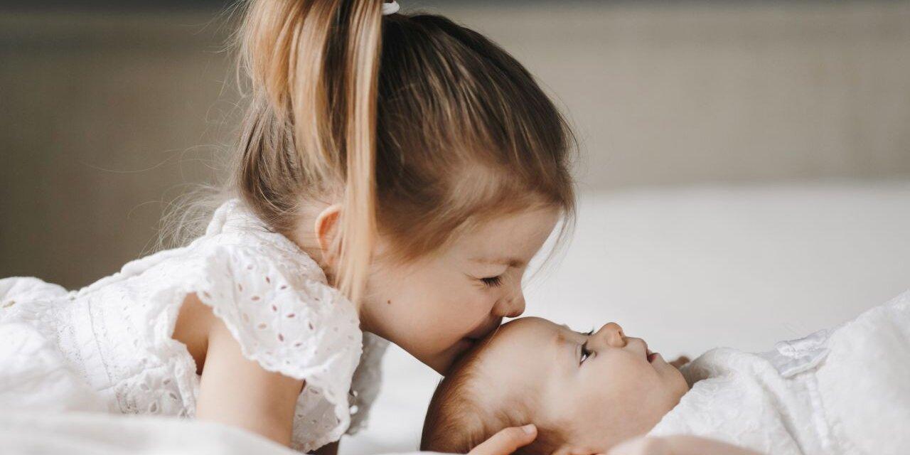 Az elsőszülött trónfosztása – hogyan enyhítsük a testvérféltékenységet?