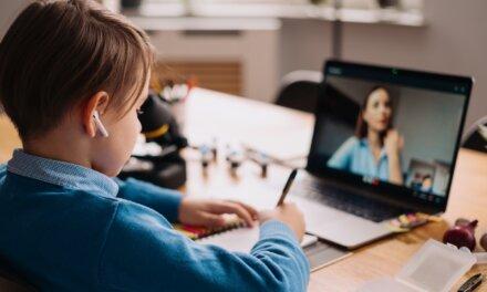 """""""Akinél megy a tévé, kapcsolja ki a mikrofont"""" – tapasztalataink a második online oktatásról"""