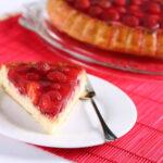 Mennyei epres gyümölcstorta zselatinnal a tetején: megunhatatlan süti a gyerekkorunkból
