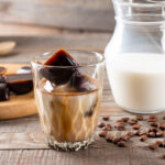 Élénkítő jegeskávé kávés jégkockával: hűsítő élvezet