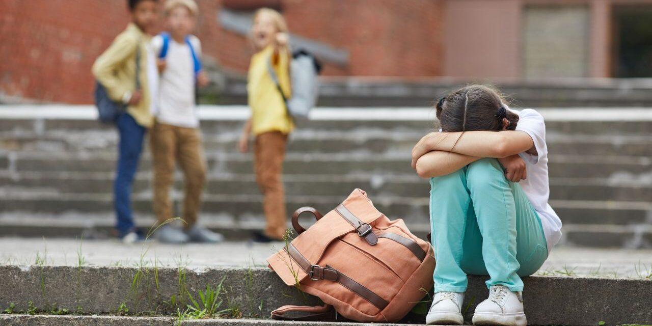Ne az osztálytársakat vallasd, ha bántják a gyereked! – Hatékony és kerülendő módszerek az iskolai konfliktusok kezelésére
