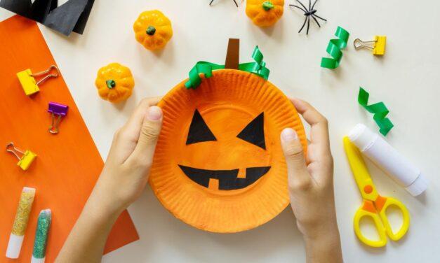 Halloweeni tök papírtányérból: egyszerű kézműves ötlet a kisebbeknek